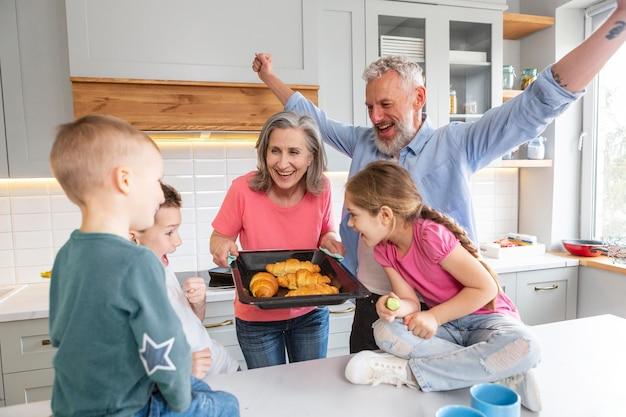 Familia feliz de tiro medio con croissants