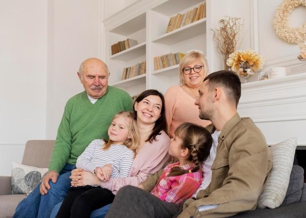 Familia feliz de tiro medio dentro