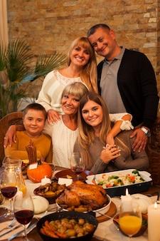 Familia feliz de tiro medio posando juntos