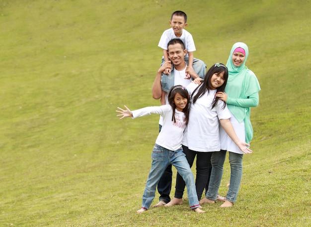 Familia feliz con tres hijos.