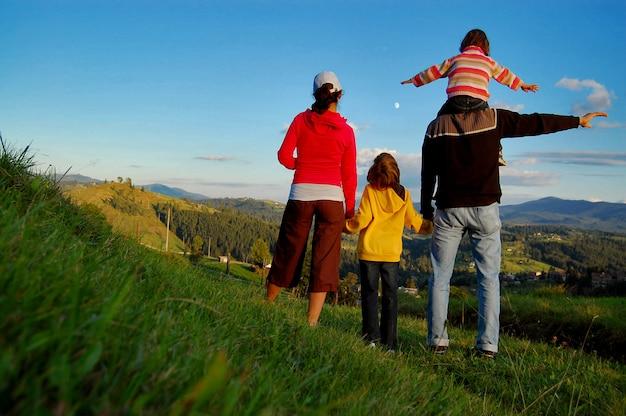 Familia feliz de vacaciones en las montañas