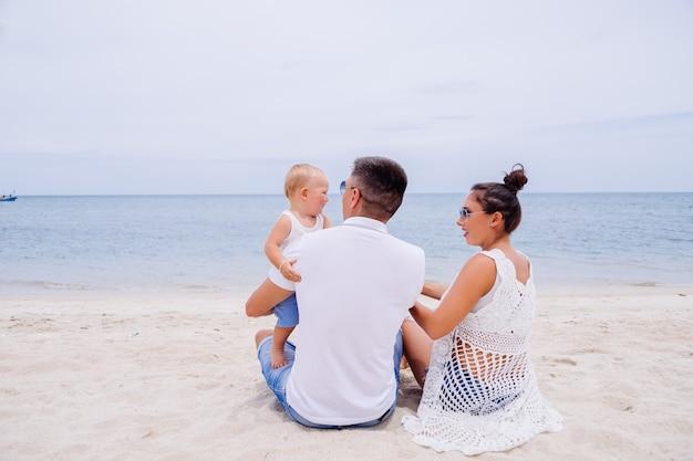 Familia feliz de vacaciones con niño