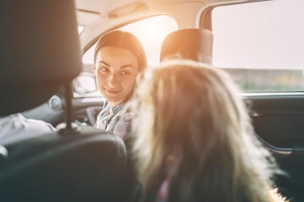 Familia feliz en viaje por carretera en su coche