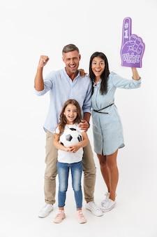 Familia feliz viendo fútbol juntos
