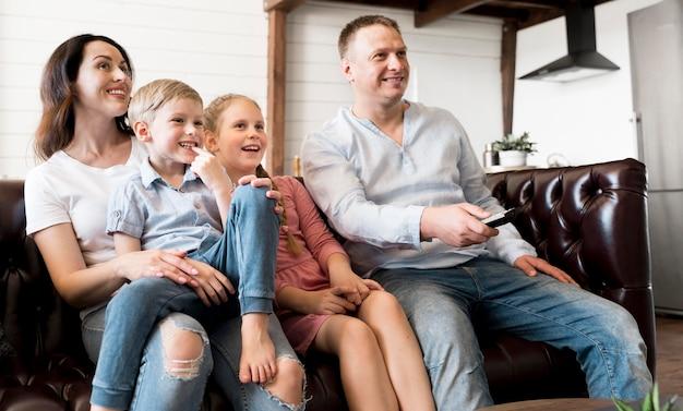Familia feliz viendo televisión