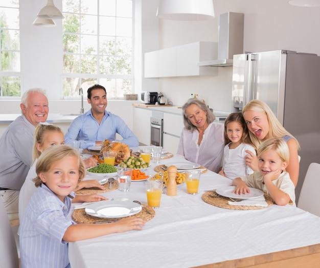 Familia feliz yendo a comer
