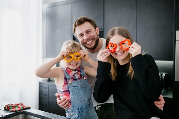 Familia con gafas de pimienta mirando la cámara