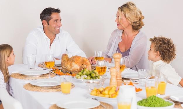 Familia hablando juntos antes de comer