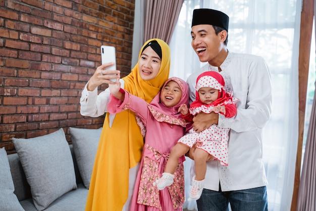 Familia hablando por teléfono durante eid mubarak