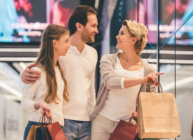 Familia haciendo compras