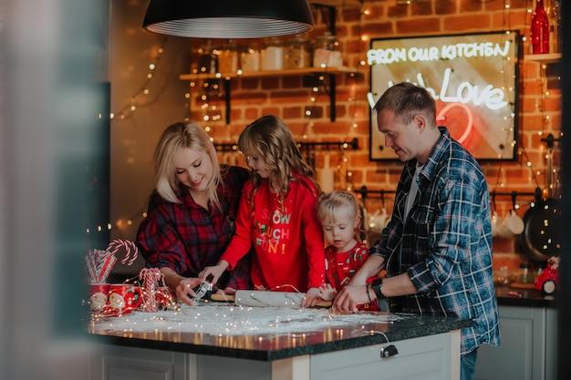 Familia haciendo galletas de navidad