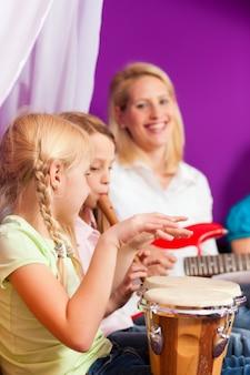 Familia haciendo musica en casa.