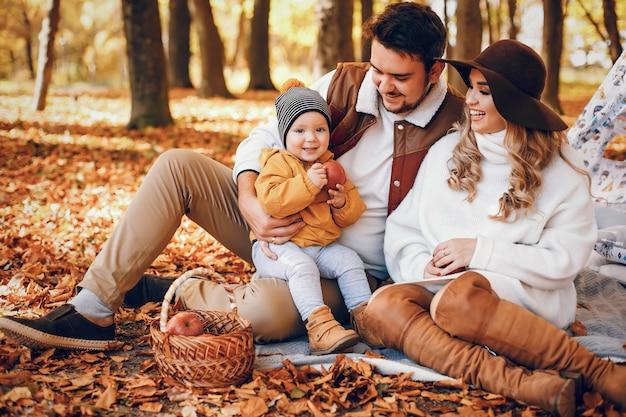 Familia hermosa y elegante en un parque