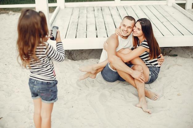 Familia con hija jugando en una arena