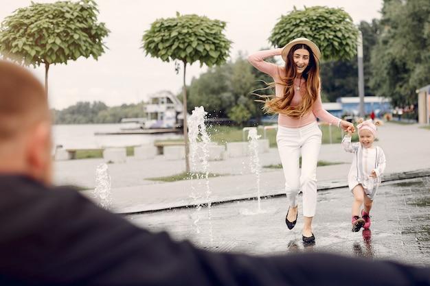 Familia con hija jugando en un parque
