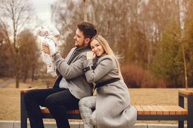 Familia con hija en un parque de otoño