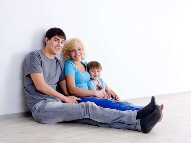 Familia con hijo en habitación vacía