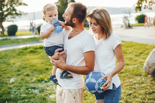 Familia con hijo jugando en un parque de verano