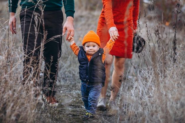 Familia con un hijo pequeño en el parque otoño