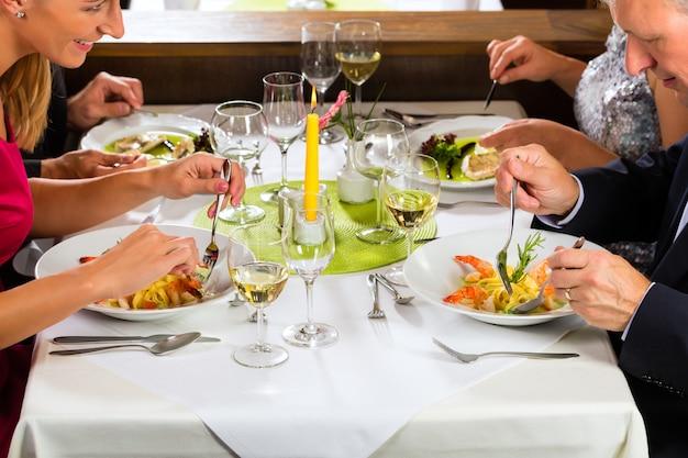 Familia con hijos adultos en el restaurante