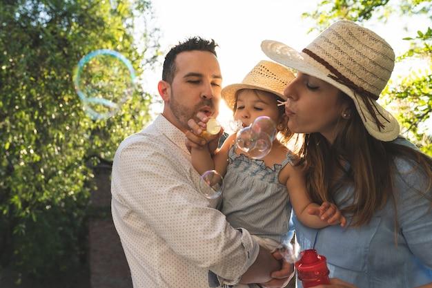 Familia hispana feliz divirtiéndose juntos al aire libre