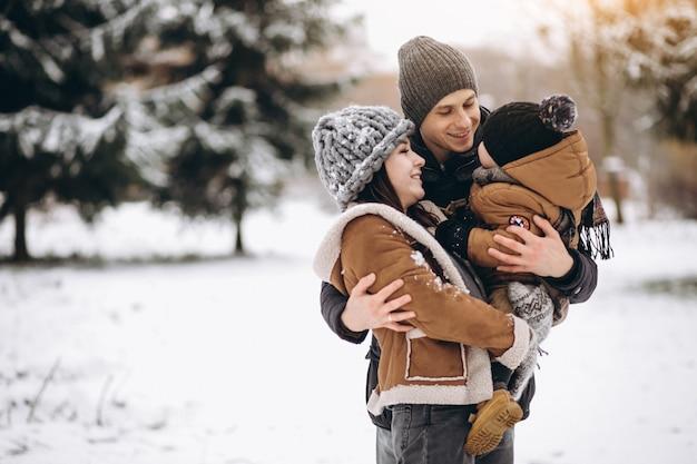 Familia en invierno en vacaciones