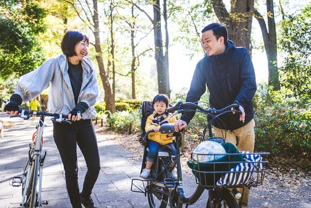 Familia japonesa en un parque