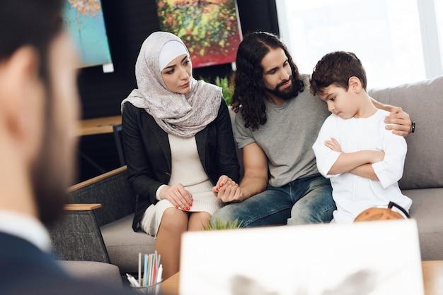 Familia joven árabe en sesión con psicólogo.