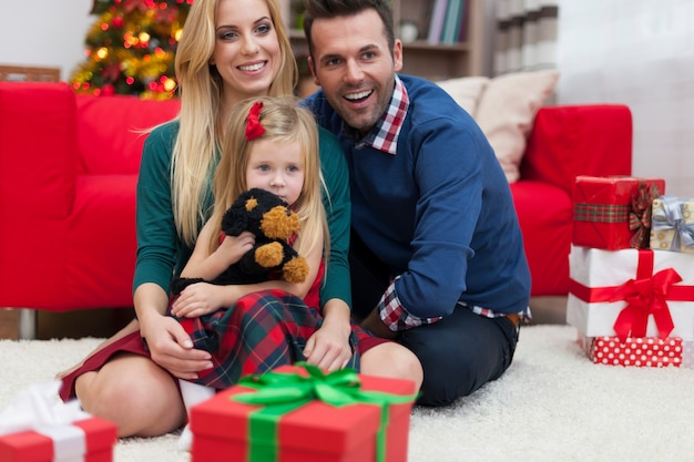 Familia joven celebrando la navidad juntos