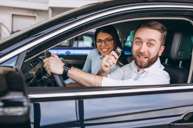 Familia joven comprando un carro