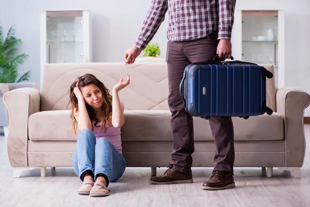 Familia joven en concepto de relación rota