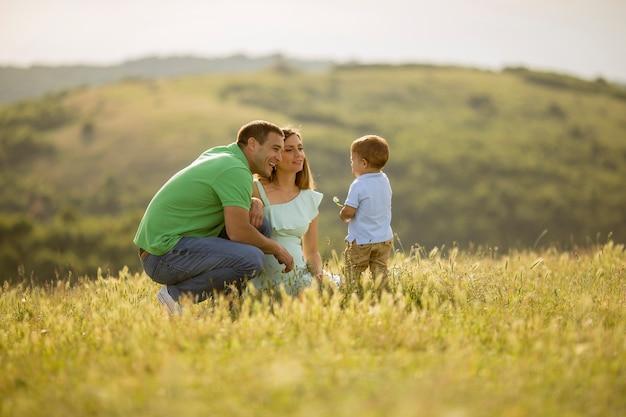Familia joven divirtiéndose al aire libre en el campo