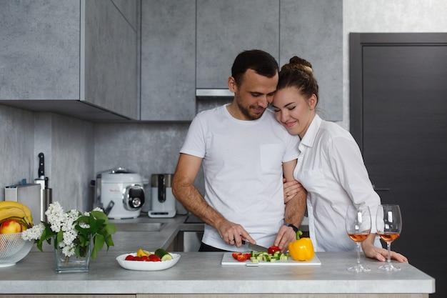 Familia joven feliz cocinando juntos