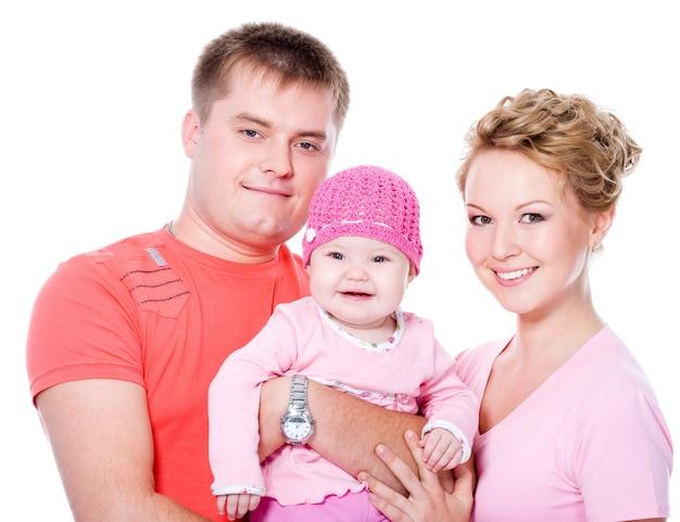 Familia joven feliz con hermoso bebé en