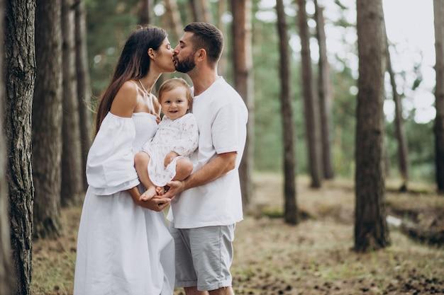 Familia joven, con, hija bebé, juntos, en el estacionamiento