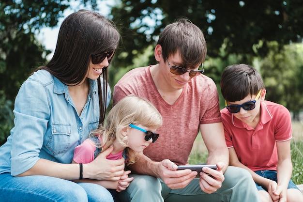 Familia joven con hijo e hija al aire libre