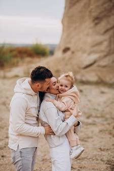 Familia joven con hijo pequeño divirtiéndose juntos