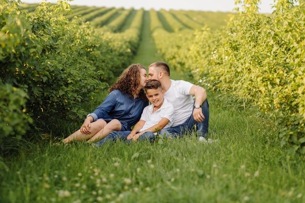 Familia joven mirando mientras camina en el jardín