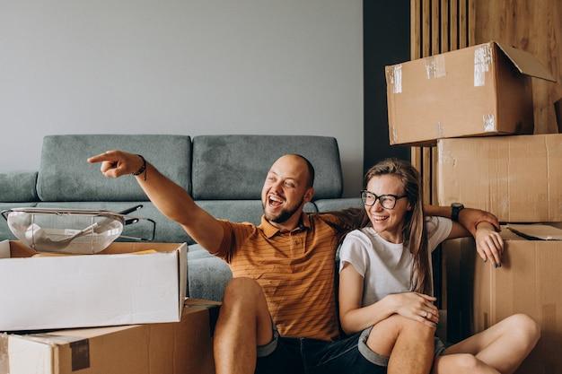 Familia joven mudándose a su nueva casa