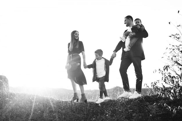 Familia joven con pequeño hijo caminando en el parque