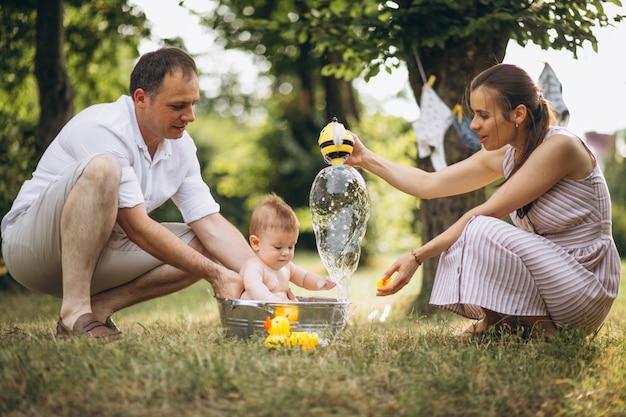 Familia joven con pequeño hijo en el parque