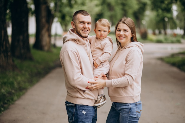 Familia joven con su pequeño bebé niño en el parque