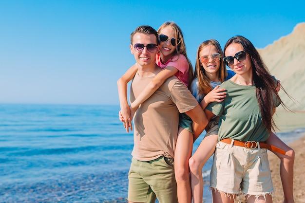 Familia joven de vacaciones se divierte mucho