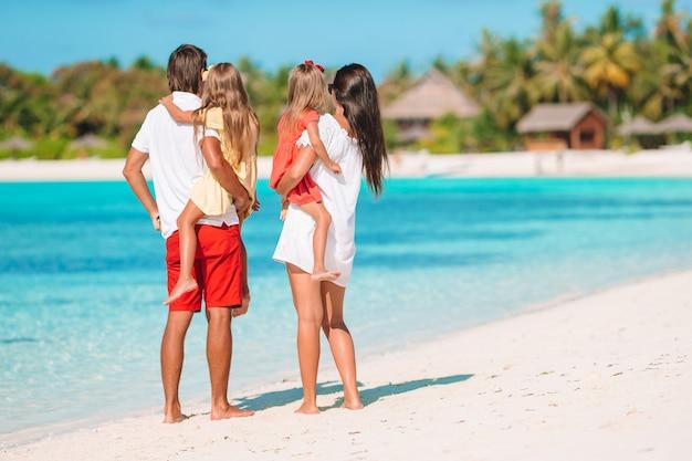 La familia joven de vacaciones se divierte mucho