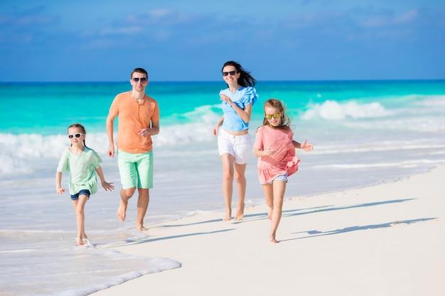 Familia joven en vacaciones en la playa