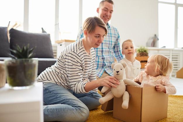 Familia jugando con cajas móviles