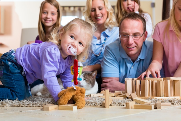 Familia jugando en casa