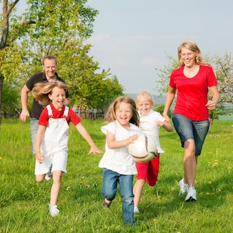 Familia jugando juegos de pelota