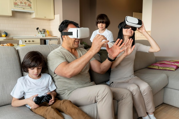 Familia jugando juntos a un juego de realidad virtual