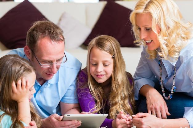 Familia jugando con tablet pc en casa